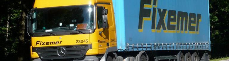 vehicul agabaritic sau camion transportând marfă către feribot