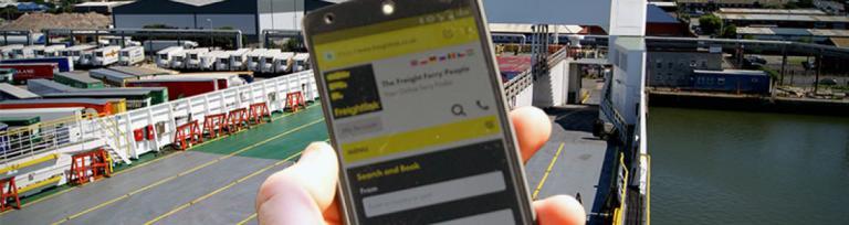 folosind un telefon mobil pe feribot