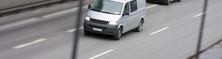 imaginea unei furgonete albe transportând marfă