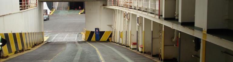 Imbarcarea pe un feribot pentru vehicule comerciale
